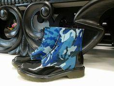 Anfibio tipo dr martens vernice nera+dettagli cavallino militare blu Produzione artigianale made in Italy Contatti: www.facebook.com/gadashop Gadashop@hotmail.it
