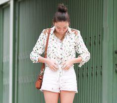 Camisa com estampa de cactus combinada com short branco. Look perfeito para curtir o fim de semana.