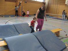 Afbeeldingsresultaat voor kindergarten ideen turnen Toddler Gym, Kids Gym, Exercise For Kids, Teacher Education, Physical Education, Motor Activities, Activities For Kids, Preschool Gymnastics, Gym Games