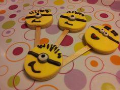Vanilla Minion cookies with fondant