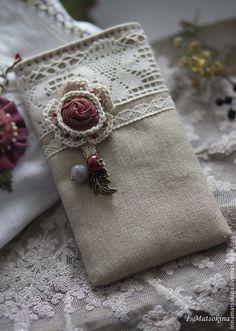Чехол для телефона Кружево - ярко-красный,чехол для телефона,чехол для мобильного Crochet Art, Crochet Crafts, Sewing Crafts, Doilies Crafts, Burlap Crafts, Fabric Crafts, Fabric Wallet, Diy Wallet, Craft Ideas
