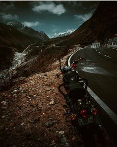 🏍️ Rishikesh-Badrinath Highway, Uttarakhand, India.🏔🏞 . #uttarakhandheaven #realhimalayangirls #uttarakhand #mainpahadi #highway #manavillage #badrinath Travel And Tourism, India Travel, Rishikesh, Tourist Places, Himalayan, Incredible India, Night Life, Transportation, The Incredibles