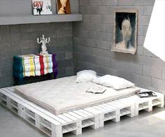 Ziegelwände Und Weißes Bett Aus Paletten