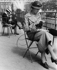 Ile de France Paris: secretaries knitting in thier lunchhour in a park.