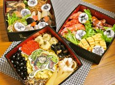 """Someone give this woman the """"Mom of the Year"""" award!Someone give this woman the """"Mom of the Year"""" award!""""Mom makes her kid a different 'One Piece' themed bento box every day.""""Full Story (and more pi Anime Bento, Bento Box, Lunch Time, Buffet, Yummy Food, Treats, Cheese, Otaku, Bento"""