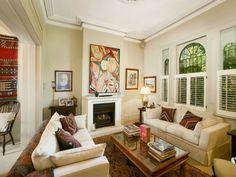 kleines-wohnzimmer-im-landhausstil - zwei sofas mit dekokissen und ein kaminofen - Die Wohnung im Landhausstil einrichten – 30 super Ideen