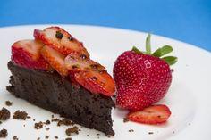 """Cucina di recupero. Dalle uova pasquali una """"torta cioccolato e fragole"""""""