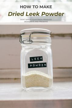 How to make your own leek powder from the new or old leeks that you have lying around! Perfect for soups, meat or sprinkled over your salad! Soups, Powder, Salad, Make It Yourself, Meat, Food, Face Powder, Essen, Soup