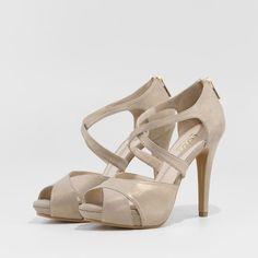 93279e5a8 Sandalia en ante con brillo dorado modelo Goya
