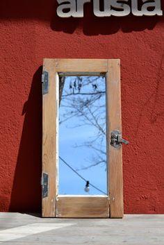 Garagem vintage: Espejo sobre ventana antigua restaurada