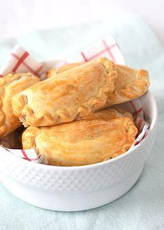 Empanada's met kaasvulling Pork Empanadas, Empanadas Recipe, Chicken Empanada Recipe, Tapas, Air Fryer Recipes Beef, Sofrito Recipe, A Food, Food And Drink, Flaky Pastry