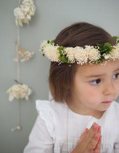 Couronne idéale pour sa première communion ou un baptême, comme un doux souvenir dans une chambre ou à porter avec une petite robe estivale.  Structure en métal ornée d'un mélange de fleurs…