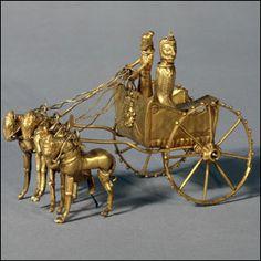 Carruagem de ouro -Os organizadores da exposição acreditam que ela contribuirá para um melhor entendimento dos temas atuais envolvendo a região do Oriente Médio. Esta peça trabalhada em ouro é o modelo de uma carruagem, encontrada na região de Takht-i Kuwad, atual Tadjiquistão.