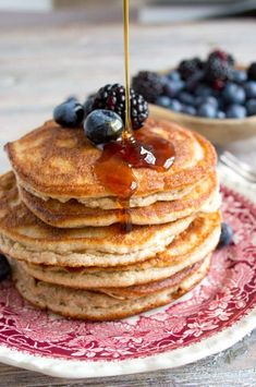 Fluffy and light Paleo coconut pancakes perfect for a relaxed weekend breakfast. Best of all they are low carb grain and sugar free! Coconut Flour Pancakes, Keto Pancakes, Keto Foods, Ketogenic Recipes, Green Smoothie Recipes, Healthy Smoothies, Green Smoothies, Breakfast Food List, Breakfast Recipes