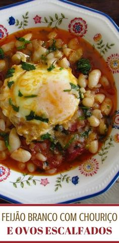 Want to prepare a very nutritious and tasty meal? We have the perfect solution for you, white beans with chorizo and poached eggs. Egg Recipes, Cooking Recipes, Healthy Recipes, Recipies, Chorizo, Portuguese Recipes, Portuguese Food, Food C, Yummy Food