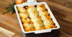 Our cheesy mash beef pie is the epitome of winter indulgence, a gloriously indulgent beef stew topped with cheddary mash. Meat Recipes, Cooking Recipes, Supper Recipes, Fish Recipes, Recipies, Healthy Recipes, Twisted Recipes, Twisted Food, Beef Pies