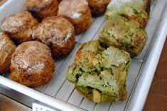 「粉花」は、浅草生まれのほんわか姉妹が営む小さなパン屋です。自家製の天然酵母を使ったパンは、もちっとした食感で、どれも愛らしい形が特徴です。