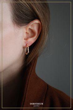 Kreolen mal anders: die Detailarbeit bei diesen stylischen Hoop-Ohrringen in Gold lässt staunen! Sie verleihen Ihrem Outfit sofort einen Hauch von moderner Verspieltheit. When Youre Feeling Down, Gold, Pearl Earrings, Pearls, Outfit, Stuff To Buy, Jewelry, Ear Piercings, Outfits