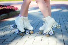 patins-quad Roller Disco, Roller Derby, Roller Skating, E Skate, Skater Girls, Two Girls, Figure Skating, My Girl, High Top Sneakers
