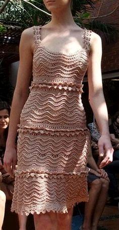 Que espetáculo esse vestido Pessoal, este vestido é de uma estilista famosa, por isso o molde, gráfico do vestido em si, NÃO TEM… o que apenas foi disponibilizado na web foi o gráfico do pont…