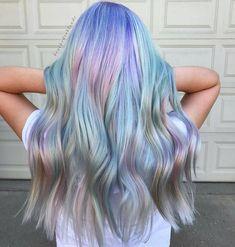 Si eres amante de los unicornios y tonos tornasol, esta tendencia de cabello holográfico te va a encantar. ¡Conócela!