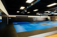 Watch videos & photos of Brazilian Jiu Jitsu professionals and learn online from multiple time World Champion Prof. Gym Design, School Design, Dojo, Taekwondo, Academia Jiu Jitsu, Jiu Jitsu Gym, Martial Arts Gym, Fight Gym, Karate School