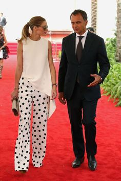 White and black outfit, polka dots pant. Olivia Palermo at the Anniversary of Cartier International Dubai Polo Challenge 2015 Estilo Olivia Palermo, Olivia Palermo Lookbook, Olivia Palermo Style, Olivia Palermo Wedding, Casual Mode, Casual Chic, Moda Casual, Mode Outfits, Fashion Outfits
