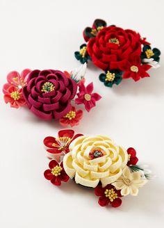 Obidome 帯留め - an ornament worn over an obi sash. Cloth Flowers, Satin Flowers, Beaded Flowers, Fabric Flowers, Diy Flowers, Ribbon Art, Fabric Ribbon, Kanzashi Flowers, Diy Hair Accessories