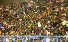 Público lota as arquibancadas da Sapucaí. Nesta segunda, desfilam São Clemente, Mangueira, Beija-Flor, Grande Rio, Imperatriz e Vila Isabel