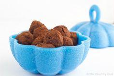 Σοκολατένιες τρούφες με γιαούρτι και φρέσκα μύρτιλα. Φτιάχνονται στη στιγμή, αλλά τρώγονται και στη στιγμή... πιστέψτε με!