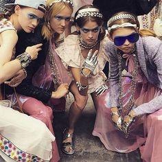 Backstage Instagram de la Fashion Week de Paris : Le look beauté aérien du défilé #Chanel printemps-été 2016 Chanel Airlines mannequins