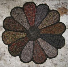 Primitive Junky: Finally A New Rug to Share Rug Hooking Designs, Rug Hooking Patterns, Wool Applique Patterns, Punch Needle Patterns, Wooly Bully, Rug Inspiration, Hand Hooked Rugs, Giant Flowers, Penny Rugs