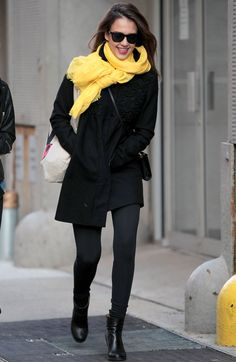 A atriz Jessica Alba quebrou o monocromático preto do look com um cachecol amarelo.