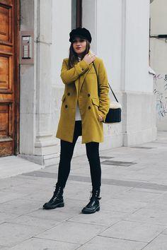Outfit de invierno con abrigo verde pistacho, bolso cesta, botas militares y gorra. #moda #outfits #style #streetwear #streetstyle #blogger