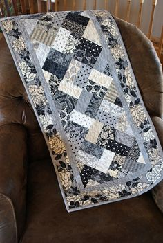 Contemporary Tablerunner, Patchwork Tablerunner, Quilted tablerunner, Little Black Dress Mehr Table Runner And Placemats, Table Runner Pattern, Quilted Table Runners, Xmas Table Runners, Small Quilts, Mini Quilts, Black And White Quilts, Place Mats Quilted, Quilted Table Toppers