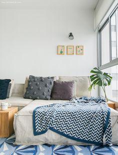 sofá revestido de lona com almofadas de tricot e manta estampada - matéria em parceria com a https://boobam.com.br/