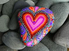 jamaica byles: Painted Rocks now this is a cool painted rock Pebble Painting, Pebble Art, Stone Painting, Rock Painting, Stone Crafts, Rock Crafts, Arts And Crafts, Painted Rocks, Hand Painted