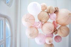 Ciel de lanternes rose et beige Sous Le Lampion : idée de décor pour un mariage champêtre et bohème #souslelampion #lampions #lanternes #boulespapier #decomariage #decotente #ideemariage #decoboheme #decofete #paperlanterns #weddingdecor #mariagechampetre #weddingplanner #laternen #hochzeitdekoration #whitewedding #frenchstyle #hochzeit2019 #farolillos  #decoracionbodas #boda2019 #lampioni #decorazionimatrimonio #rose #mariagerose #champetre #boheme Paper Wedding Decorations, Wedding Paper, Rose Pastel, Deco Boheme, Lanterns, Wedding Decoration, 10 Year Anniversary