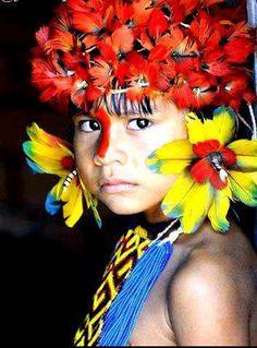 Kayapo (Mato Grosso, Pará, Brazil) little girl We Are The World, People Around The World, Beautiful Children, Beautiful People, Cherokees, Arte Plumaria, Tribal People, Indigenous Art, World Cultures