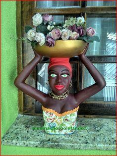 Namoradeira Jussara  Peça em gesso, pintada a mão revestida com tecido no vestido e fita .  Pode-se colocar frutas ou um vaso com flores, prontinha para alegrar sua casa, brincos e colar de pedras !  As flores ou as frutas , não estão incluídas ! African Dolls, Afro, Tropical Art, Gisele, Paper Mache, Art Dolls, Diy Crafts, Sculpture, Painting