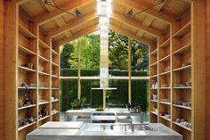 """La casa/studio """"Toward Landscape"""" di Susanne Nobis nei pressi di Monaco è un'abitazione realizzata completamente in legno e vetro. Il progetto prende ispirazione dalle houseboat che popolano il vicino lago di Starnberg."""