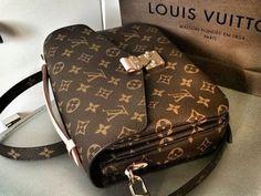 LV Shoulder Tote Louis Vuitton Handbags New Collection to Have LV Handbags New Handbags, Luxury Handbags, Fashion Handbags, Purses And Handbags, Fashion Bags, Fashion Fashion, Runway Fashion, Cheap Handbags, Fashion Trends
