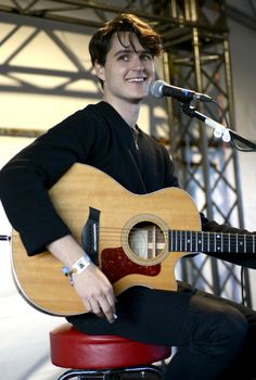 Ezra Koenig performing an acoustic Endsession for Seattle's 107.7 at the Sasquatch Music Festival