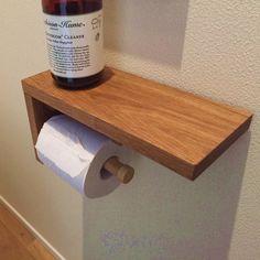 トイレにも木のぬくもりを「木」好きにはたまらない楢(ナラ・オーク)の無垢材(節有り)を使用した後付可能なトイレットペーパーホルダーです。◆楢(ナラ・オーク)の無垢材使用オーク風ではありません。本物のオークの質感をお楽しみください。また同型商品でウォルナットの無垢材もございます。◆自然塗料+…木目の風合いを無くさないように、ナチュラルカラーの自然オイルを塗りこみ、仕上げに香川県ならではのオリーブオイルで仕上げております。節有り無垢材ですので、中にはゴツゴツした節が含まれているもののございます。ご了承くださいませ。◆ちょっとした棚がうれしいトイレってなかなか物を置くスペースがないですよね。このホルダーだと、上部にしっかり物が置けますので、かわいい置物を置いたり色んな使い方ができます。※instagramはじめました。 #moku0230よろしくお願いいたします。【仕様】素 材:本体 楢無垢材 棒… Toilet Paper Stand, Toilet Paper Dispenser, Diy House Projects, Diy Wood Projects, Diy Home Crafts, Easy Home Decor, Bathroom Under Stairs, Towel Holder Bathroom, Restroom Remodel