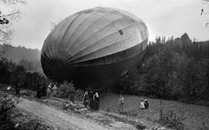 Hard landing 100 years ago, the Zeppelin forced down in Bourbonne-les-Bains, France World War One, First World, Old Pictures, Old Photos, Vintage Pictures, Foto Real, Armada, Historical Images, Modern History