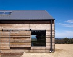 The Hill Plain House in Victoria, Australia, displays a fabulously simple and modern design, accentuated by the use of wood on its facade. For Wolveridge Architects, this project meant they… Exterior Sliding Barn Doors, Sliding Barn Door Hardware, Interior Barn Doors, Sliding Doors, Exterior Windows, Door Hinges, Bay Windows, Windows And Doors, Modern Barn