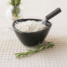 DEODORANTE NATURALE Il sale assorbe gli odori efficacemente. Posiziona una manciata di sale insieme a una di bicarbonato all