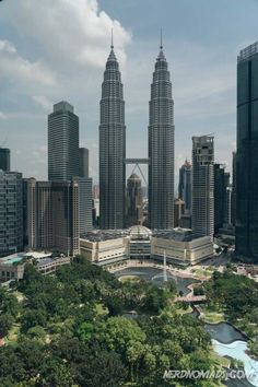 Planning on going to Malaysia´s capital and wonder what to do in Kuala Lumpur? Here is our list of the best things to do in Kuala Lumpur! Find the best shopping, attractions, and food. Kuala Lumpur is a great city to visit! Kuala Lumpur Shopping, Kuala Lumpur Travel, Things To Do, Good Things, Asia Travel, San Francisco Skyline, Earth, Nerd, City