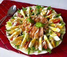 Fit sałatka z jajkiem i łososiem (250 kalorii) - Blog z apetytem Shrimp Ceviche With Avocado, Cooking Recipes, Healthy Recipes, Vegetable Salad, Calories, Pasta Salad, Salad Recipes, Potato Salad, Food To Make