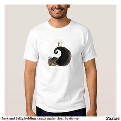Jack Skellington y Sally que llevan a cabo las manos bajo Polera. Producto disponible en tienda Zazzle. Vestuario, moda. Product available in Zazzle store. Fashion wardrobe. Regalos, Gifts. #camiseta #tshirt
